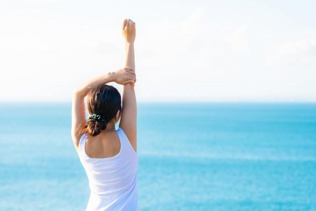 海を見ながら立っている女性