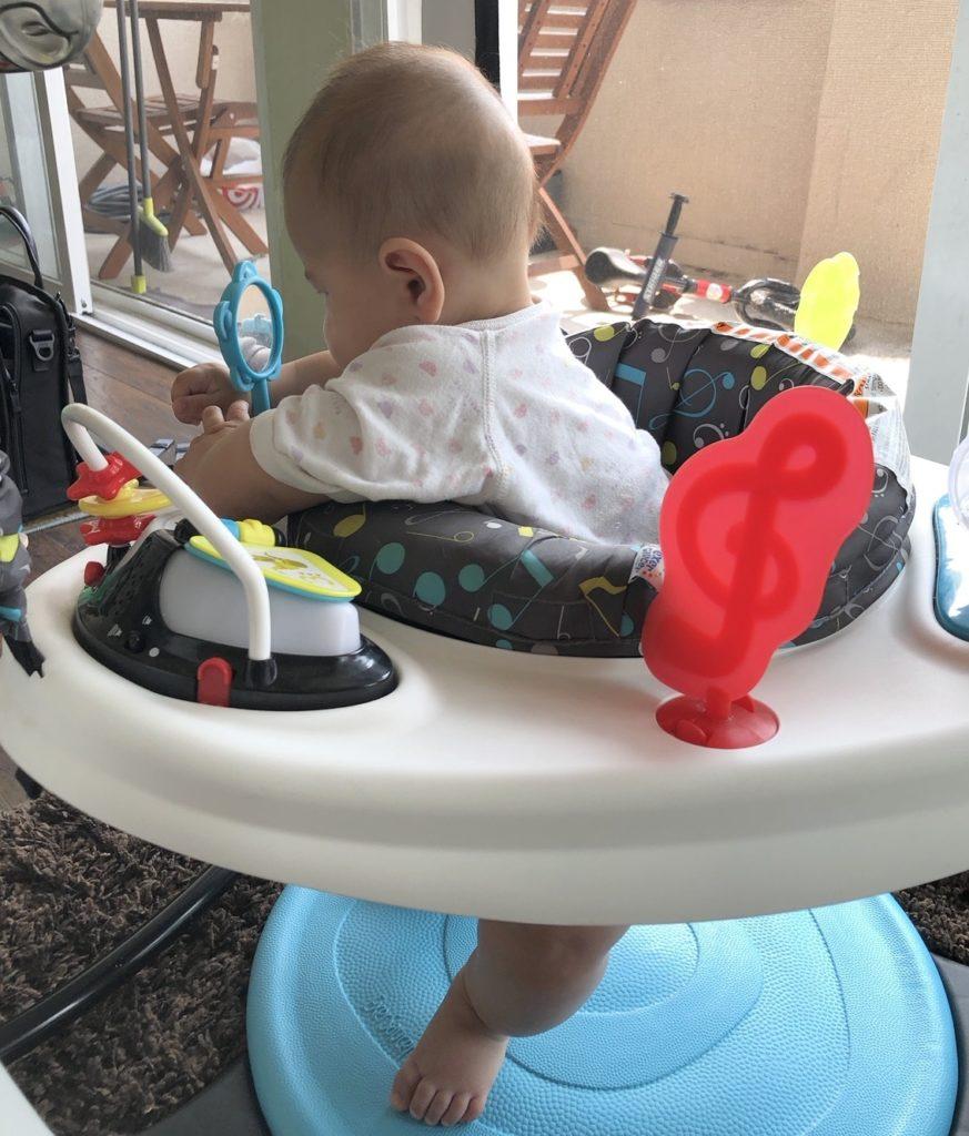 次女がジャンパルーで遊んでいる。