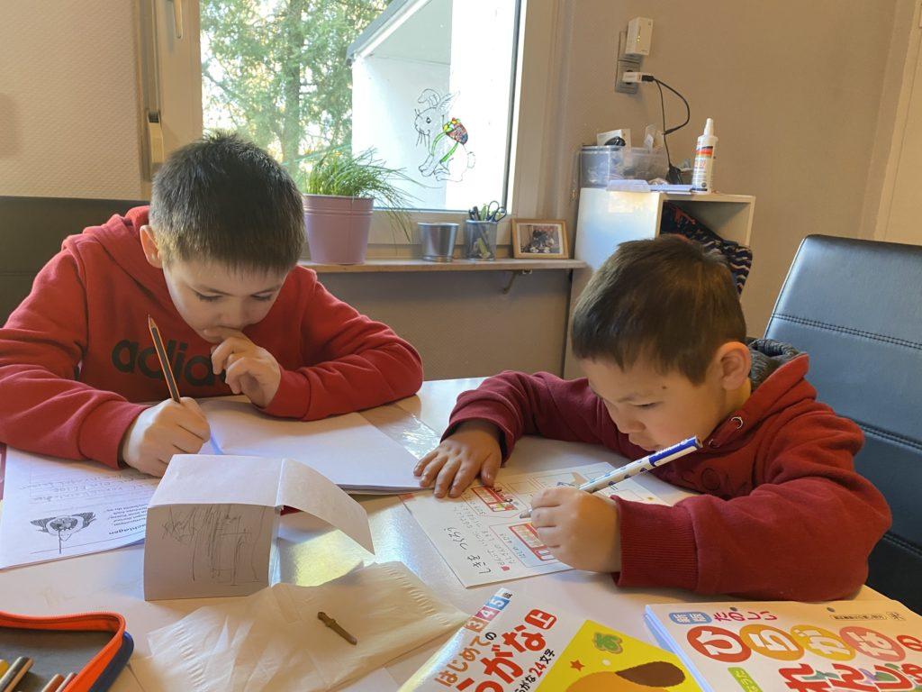 勉強する息子たち