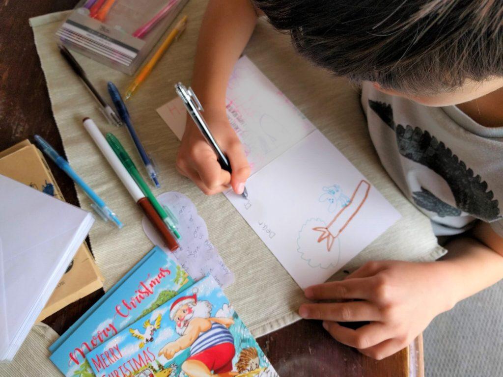 子供たちも日本の親戚や友人にクリスマスカードを書きました