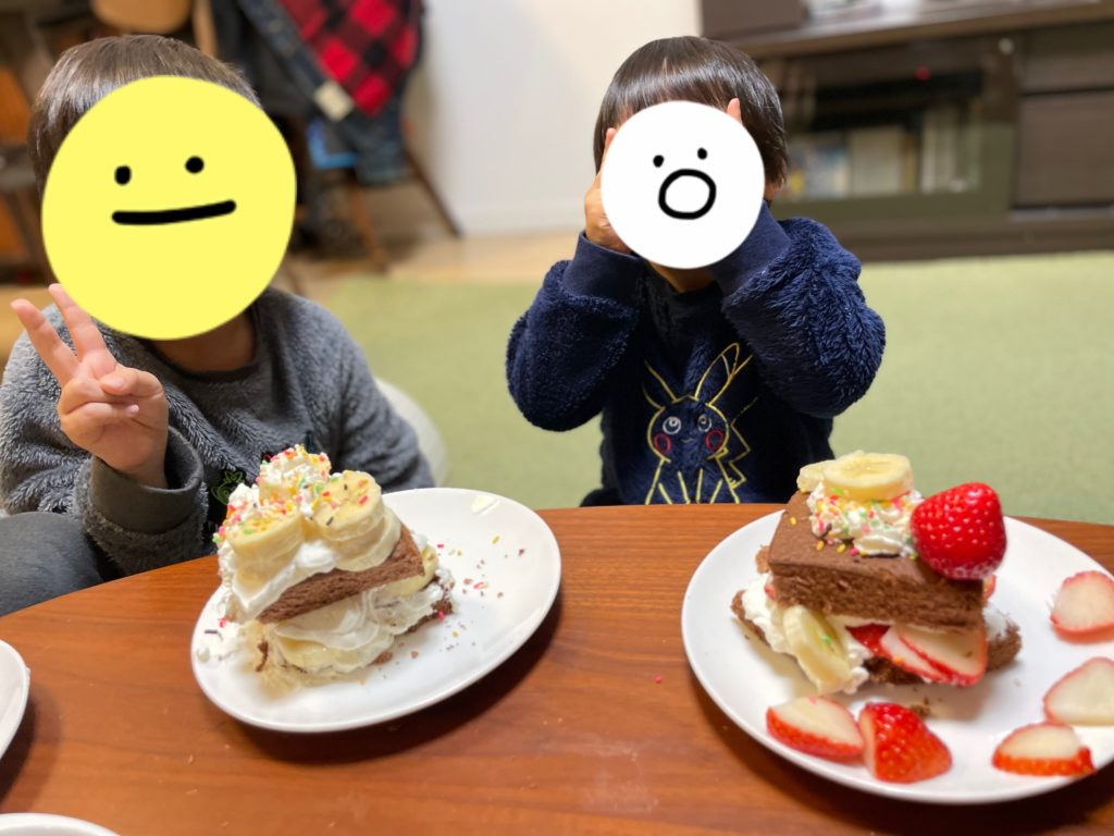 ケーキを食べる子供たち