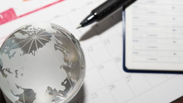 地球儀とカレンダー