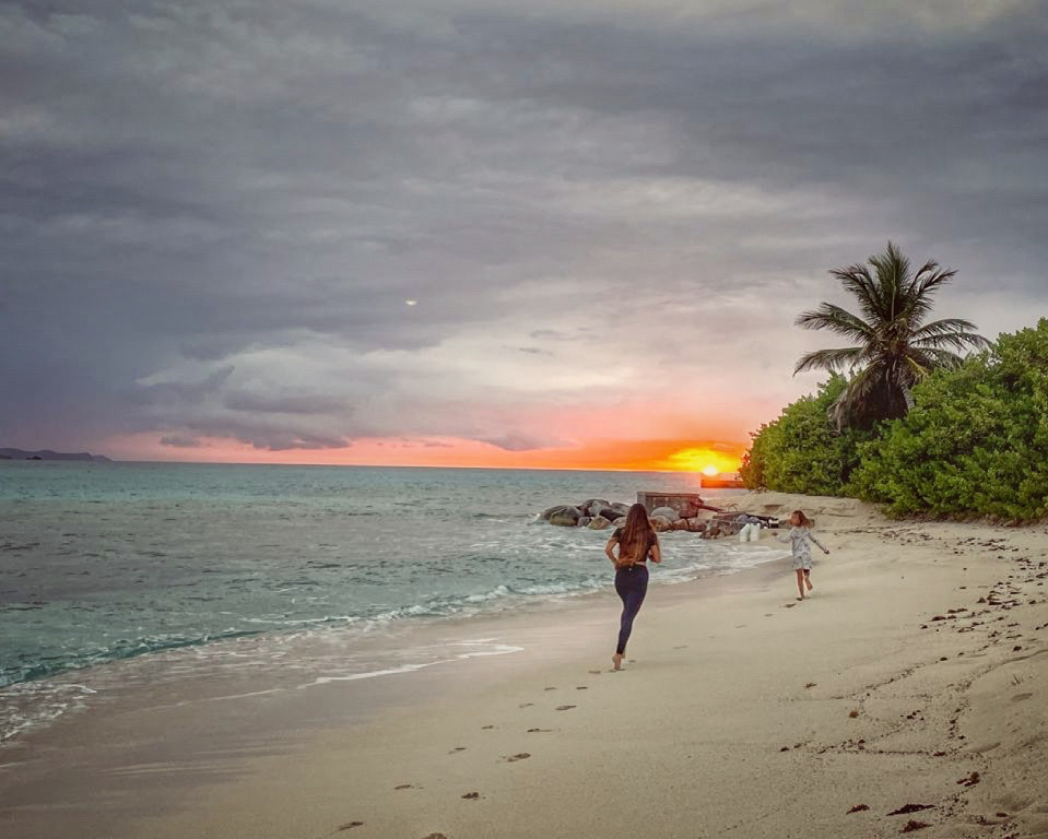 ビーチで走る親子