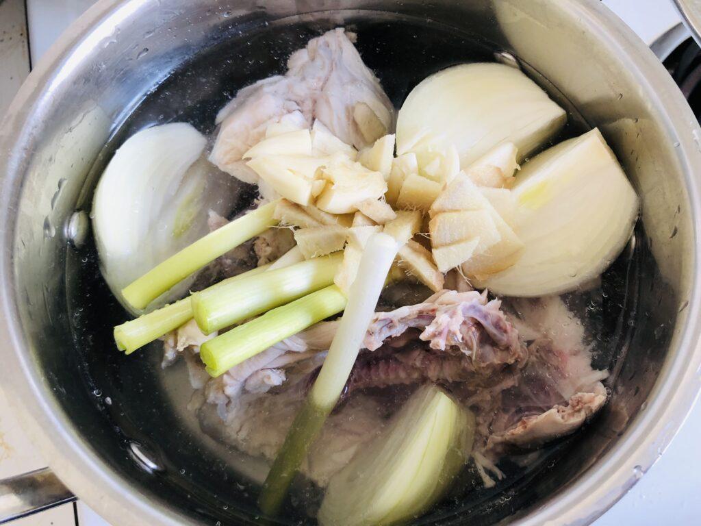 鍋に材料を入れる。