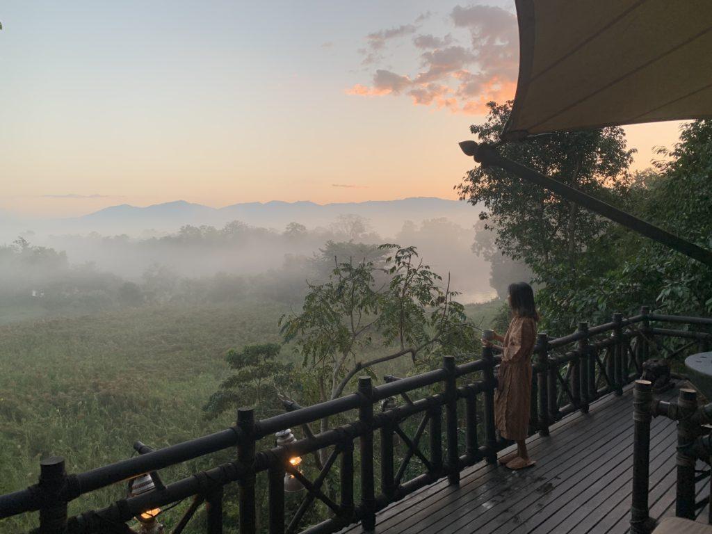 女性がタイの自然の山を見ている